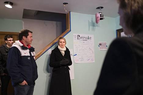 Cynthia Nixon (kesk.) vieraili Bernie Sandersin poikapuolen Dave Driscollin (toinen vas.) kanssa yhdellä Bernie Sandersin esivaalikampanjan väliaikaistoimistoista puhumassa vapaaehtoisille kampanjatyöntekijöille.