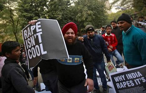 Mielenosoittaja piti kädessään revittyä julistetta joukkoraiskausta seuranneessa mielenosoituksessa New Delhissä Intiassa joulukuussa 2012.