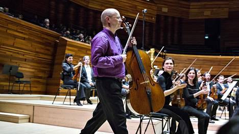 Sellisti Anssi Karttunen soitti vuonna 2015 Pariisissa Ranskan radion uudessa konserttisalissa kapellimestari Mikko Franckin johtaman Ranskan radion filharmonikkojen solistina.