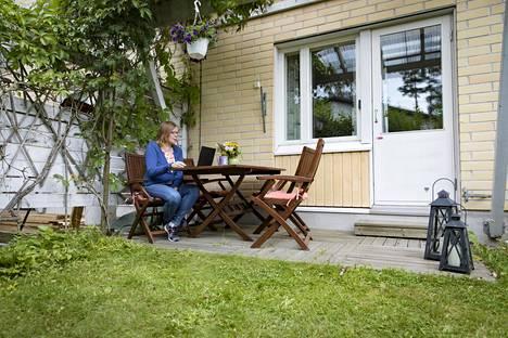 Teleoperaattori Elisan henkilöstön kehittämispäällikkö Piia Säylä tekee etätöitä kotinsa terassilla Espoossa.