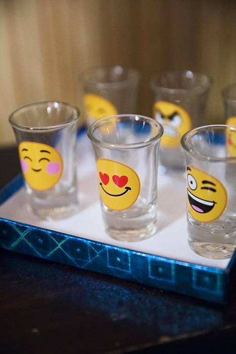 Salasalongin asiakkaat saavat  antaa palautetta hoidosta  emoji-lasien avulla. Suosituin  on sydänsilmäinen emoji.