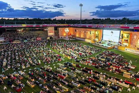 Saksalaisfanit raahasivat sohvansa stadionille.