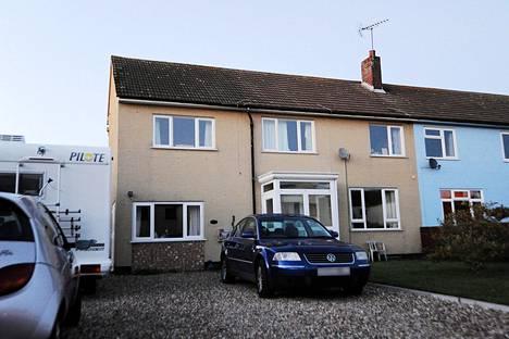 Tietomurroista syytetyn suomalaistaustaisen miehen vanhempien kotitalo sijaitsee Stradishallin kylässä Itä-Englannissa. Brittimedian mukaan 28-vuotias mies oli talossa, kun poliisi pidätti hänet.