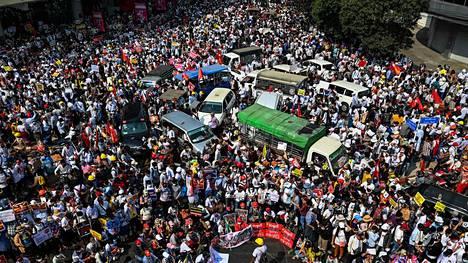 Ihmiset osoittivat mieltään sotilasvallankaappausta vastaan jälleen maanantaina maan suurimmassa kaupungissa Yangonissa.