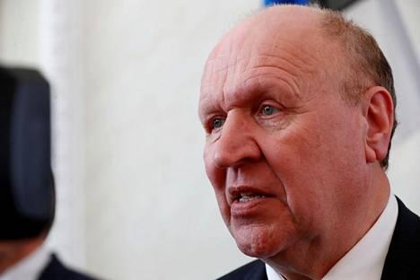 Oppositiossa olevan reformipuolueen aloitteesta tehty äänestys sai alkunsa Ekre-puoluetta edustavan Mart Helmen antamista kommenteista Suomen pääministeriä Sanna Marinia (sd) kohtaan.