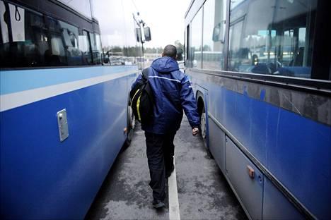 Linja-autonkuljettaja ahersi töissään Helsingissä joulukuussa 2009.