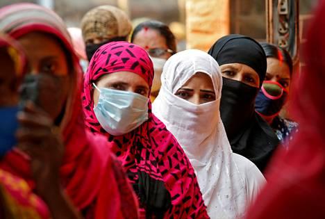 Naiset jonottivat äänestämään Länsi-Bengalin osavaltiovaaleissa Kolkatassa maanantaina.