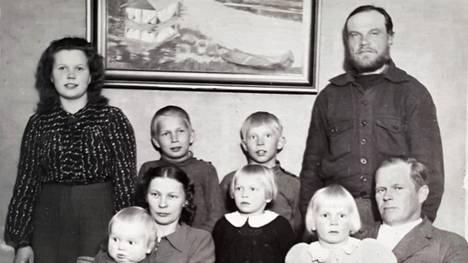Leo Päts seisoo oikealla Koikkalaisten perhekuvassa Enonkosken Ihamaniemellä 1944. Pätsin vieressä on talon nykyinen isäntä Erkki Koikkalainen vieressään Aulis Koikkalainen. Isäntä ja emäntä Lauri ja Siiri ovat eturivissä Jukka, Ritva ja Paula Koikkalaisen kanssa. Vasemmalla seisoo kotiapulainen.