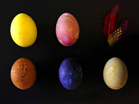 Munien värjäämiseen tarvitset väriaineen lisäksi suolaa ja etikkaa, jotka auttavat väriä kiinnittymään kananmunankuoren pintaan.