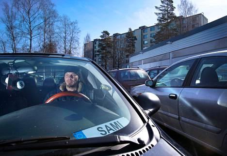 """Liki koko 36-vuotisen ikänsä Vantaan Martinlaaksossa asunut Sami Johansson rakastaa autojen rassaamista. Uusin kohde on Chrysler Neon, seitsemäs auto, jonka hän tuunaa. """"Tämä paikka toimii, en voi kuvitella täältä muuttavani."""""""