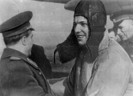 Neuvostoliittolaiset lentäjät tervehtivät avaruuslennolta palannutta Juri Gagarinia onnistuneen lennon jälkeen vuonna 1961.