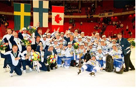 Suomen ensimmäinen jääkiekon MM-kultajoukkue vm. 1995. Ruotsille hopea, Kanadalle pronssi.