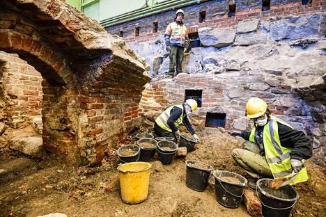 Katedralskolanin kaivauksia on tarkoitus jatkaa aina maaliskuun loppuun saakka. Ylhäällä kaivausjohtaja Kari Uotila. Alhaalla kaivamassa Camilla Adolfsson (vas.) ja Tia Niemelä.