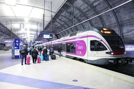 Intiasta tullut ryhmä siirtyi lentokenttäjunalla Helsingin rautatieasemalle. Tarkkaa junavuoroa ei ole tiedossa.