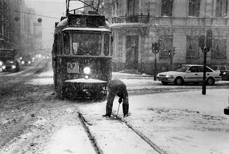 Lunta puskee niin että liikennekin puuroutuu. Tiedätkö, missä kuva on otettu ja milloin? Mitä muistoja kuva ja paikka herättää?