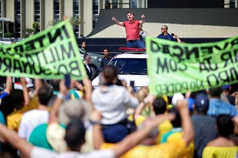 Bolsonaro puhui yleisölle auton lavalta.