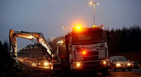 Tieyhtiö Destia viimeisteli pientareita kantatie 51:llä Kirkkonummella marraskuussa.