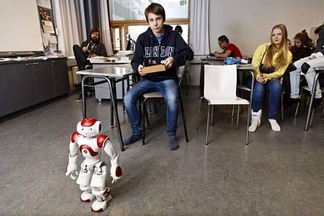 Aurinkolahden peruskoulussa testattiin koulurobotti Zoraa maaliskuun puolivälissä.