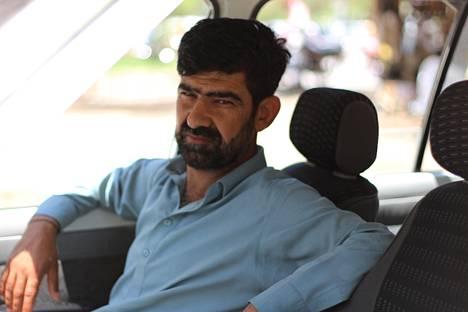 Muhammad Irfan ajaa taksia Islamabadissa. Hänen ansionsa ovat romahtaneet koronaviruksen vuoksi, ja hänen on täytynyt ottaa lainaa.