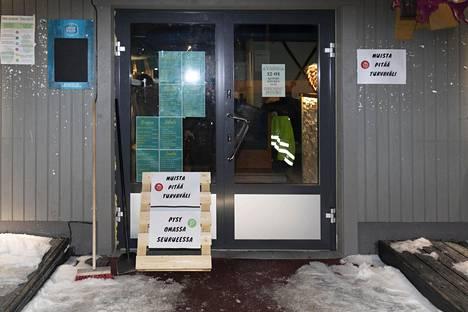 Public House Selvä Pyy Äkäslompolossa muistutti asiakkaita varotoimista, jotta koronavirustartunnoilta vältyttäisiin.