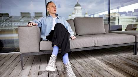 Niclas Kristiansson kuvattiin Reaktorin Helsingin-toimiston kattoterassilla Yliopistonkadulla.