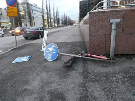 Tuuli kaatoi liikennemerkin maanantaina sähköpotkulaudan päälle Lauttasaaressa.