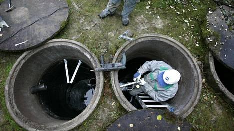 Jarno Hiitola (ylh.) ja Timo Savioja kunnostivat jätevesijärjestelmää Pornaisissa vuonna 2008.