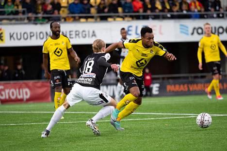 TPS:n Elias Ahde yritti riistää palloa KuPSin Luis Carlos Murillolta Veikkausliigan ottelussa Kuopiossa lokakuussa 2018.
