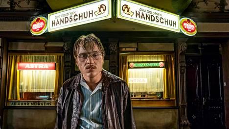 Jonas Dassler esittää murhaaja Fritz Honkaa Der Goldene Handschuh -elokuvassa.