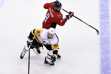 Washingtonin Aleksandr Ovetškin ja Pittsburghin Sidney Crosby kamppailivat torstai-illan ottelussa.