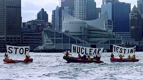 Greenpeacen aktivistit osoittivat mieltään ydinasekokeita vastaan , kun Yhdysvaltojen ja Venäjän presidentit tapasivat Kanadan Vancouverissa huhtikuussa 1993.