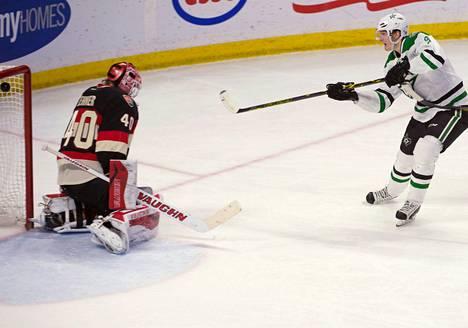 """Dallas Starsin puolustaja John Klingberg laukoi kiekon Robin Lehnerin vartioimaan maaliin ottelussa Ottawa Senatorsia vastaan. Dallas voitti 29.<span class=""""nbsp"""">&nbsp;</span>tammikuuta pelatun vieraskamppailun 6–3."""