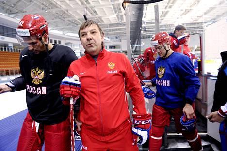 Venäjän päävalmentaja Oleg Znaroks on huolissaan joukkueensa puolustuspelaamisesta.