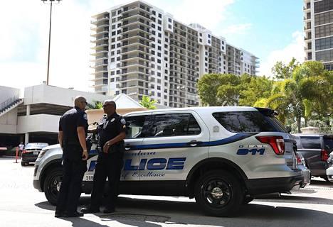 Poliiseja Floridan Aventurassa sijaitsevan kerrostalon edustalla. Kirjepommien lähettäjäksi epäillyn miehen kerrotaan asuneen talossa.