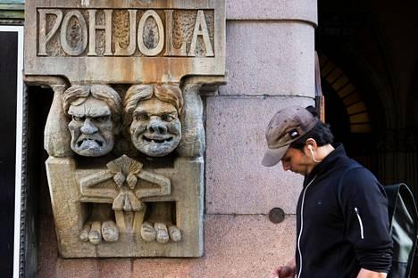 Pohjolan toimitalo valmistui vuonna 1901. Sen sisäänkäynnin molemmin puolin sijaitsevat hahmot ovat jääneet monen ohikulkijan mieleen.