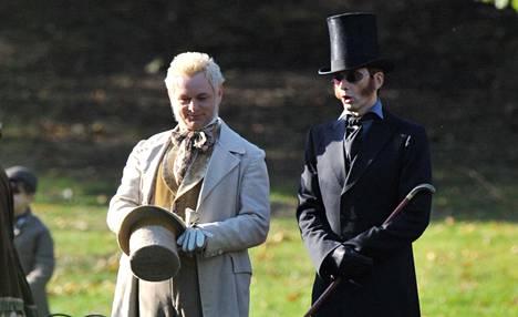 Good Omens -tv-sarjan näyttelijät Michael Sheen (vas.) ja David Tennant kuvauspaikalla St. Jamesin puistossa Lontoossa syyskuussa.