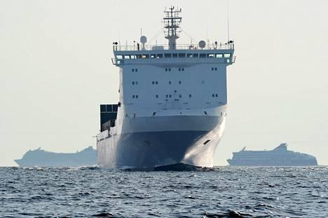 Risteily- ja rahtiliikenne maailman merillä kasvavat. Finnlinesin rahtialus kohtasi Suomenlahdella risteilyaluksen ja Viking XPRS:n heinäkuussa 2014.