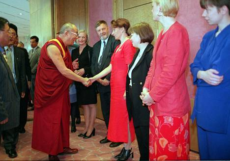 Dalai-lama tapasi Suomen hallituksen jäseniä Helsingissä vuonna 1998.
