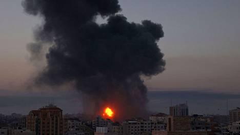 Savu nousi rakennuksista Gazan kaupungissa varhain keskiviikkoaamuna.