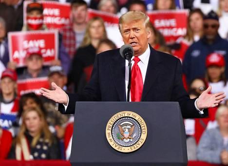 Donald Trump osallistui Georgiassa ensimmäistä kertaa puolueensa kampanjatilaisuuteen sitten presidentinvaalien. Tilaisuus pidettiin Valdostan lentokentällä lauantai-iltana paikallista aikaa.