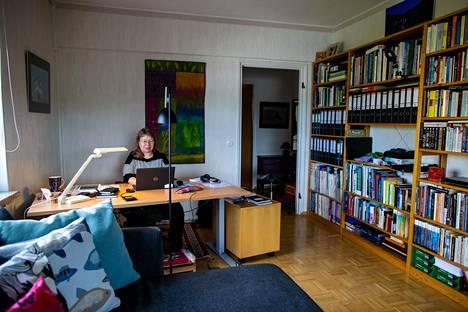 Erikoissuunnittelija Sanna-Kaisa Juvonen on viihtynyt mainiosti etätöissä kotonaan Helsingin Haagassa, tosin hänkin kaipaa työkavereitaan.