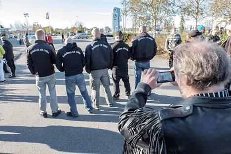 Soldies of Odin -takkeihin sonnustautuneita miehiä Tornion Rajat kiinni -mielenosoituksessa 3. lokakuuta 2015.