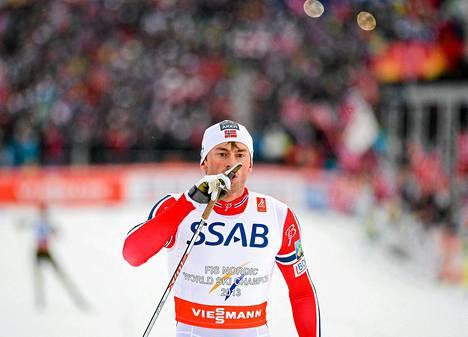 Norjan Petter Northug voitti miesten viestin ankkuriosuuden loppukiritaistelun Ruotsin Calle Halfvarssonia vastaan.