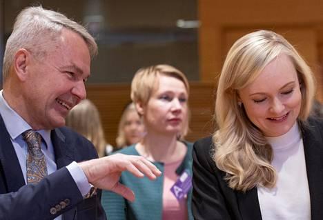 Ullkoministeri Pekka Haavisto ja sisäministeri Maria Ohisalo puoluevaltuuskunnan kokouksessa lauantaina.