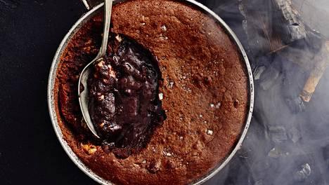 Nuotiolla valmistetun Snickers-kakun pinta paistuu kiinteäksi. Sisältä kakku jää valuvaksi.