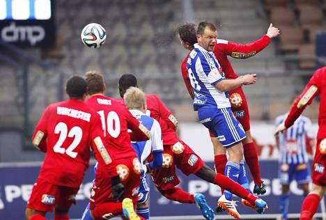 HJK:n Teemu Tainio puski pallon maaliin Jaro-ottelussa. Avausjakson lopulla tullut osuma jäi pelin ainoaksi.