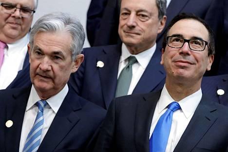Yhdysvaltain keskuspankin pääjohtaja Jerome Powell (vas.) ja valtiovarainministeri Steven Mnuchin. Kuva keväältä 2018.