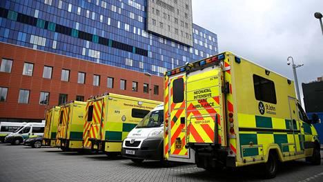 Ambulansseja The Royal London Hospitalin edessä Lontoossa lauantaina.