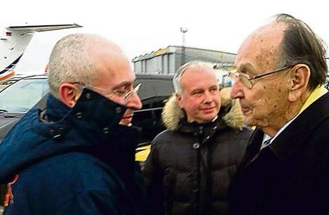 Saksan entinen ulkoministeri Hans-Dietrich Genscher toivotti armahdetun venäläisliikemiehen Mihail Hodorkovskin tervetulleeksi Berliiniin lentokentällä perjantaina.