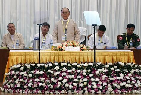 Myanmarin presidentti Thein Sein (kesk.) puhui sunnuntaina Yangonissa maan puolueiden tapaamisessa.
